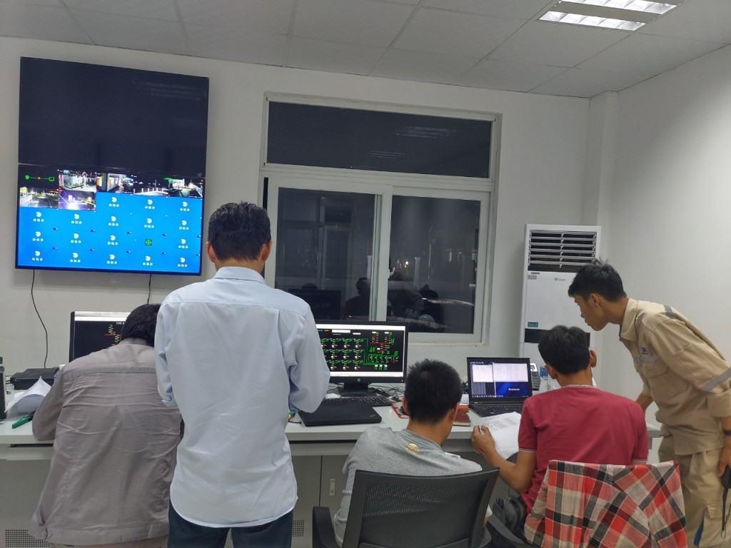 Kỹ sư ETRC phối hợp với chuyên gia phần kết nối hệ thống máy tính, SCADA